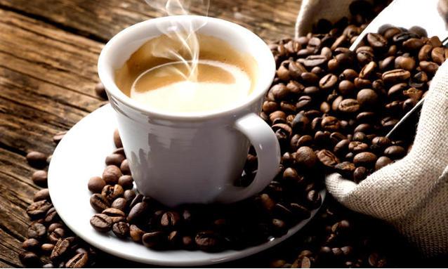 tazzina di caffè chicchi