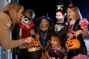 bambini chiedono dolcetto o scherzetto nella notte di halloween